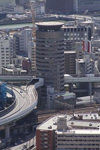 250px-Building_penetrated_by_an_expressway_001_OSAKA_JPN